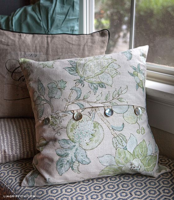 EASY DIY ENVELOPE PILLOW COVERS - maybe one day I will invest in a sewing machine and learn how to do this. :)
