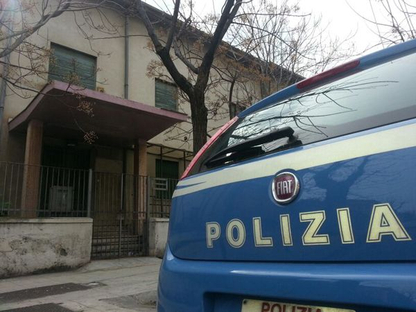 Senzacasa occupano l'edificio vicino l'ex ospedale militare in corso Calatafimi. Sul posto agenti di polizia e della Digos effettuano lo sgombero - di Rossella Puccio - gds.it
