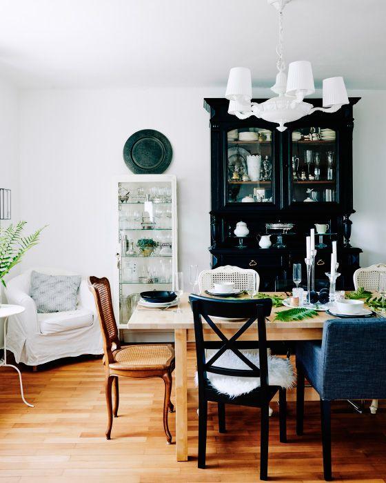 La combinación variopinta de sillas que tiene Mona en el comedor dan al espacio un aspecto desenfadado