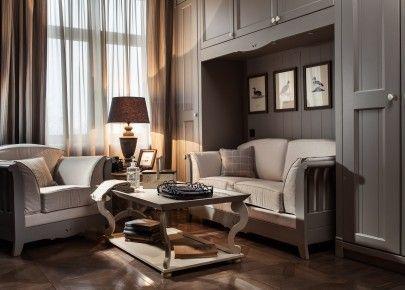 """Mobili per soggiorno """"Made in Italy"""" in stile """"country chic"""", collezione English Mood. Il divano e la poltrona Country Wood, in finitura Grigio Argilla, sono accompagnati da un tavolino Leeds color Canapa. Il divano si trasforma in letto."""