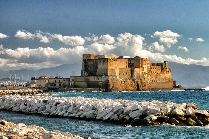 Castel dell'Ovo a Napoli (NA). Il castel dell'Ovo è il castello più antico della città di Napoli ed è uno degli elementi che spiccano maggiormente nel cele