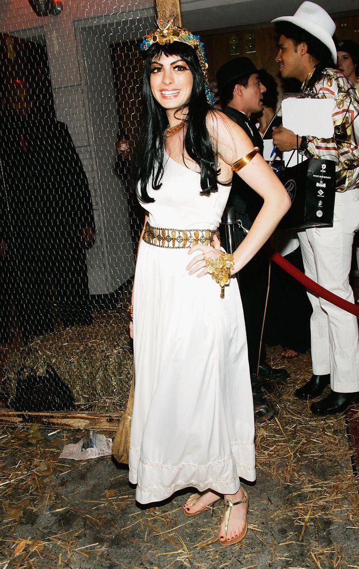 Pin for Later: Holt euch Inspiration für eure Karnevalskostüme – von den Stars! Anne Hathaway als Kleopatra
