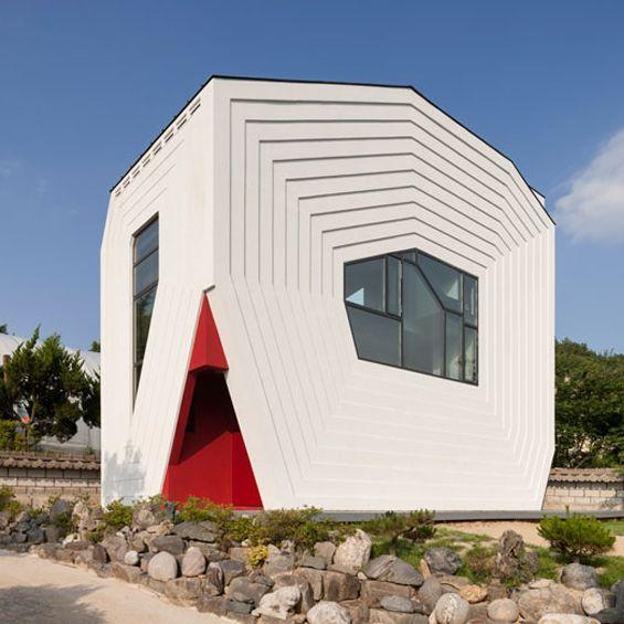 A Daejeon, en Corée du Sud, l'agence d'architecture Moon Hoon a imaginé la Conan House, une maison commandé par un couple avec enfant. Ce volume blanc sculptural et curieux, présente de nombreuses représentations géométriques sur sa façade, une architecture ludique et audacieuse qui se retrouve dans les espaces intérieurs.