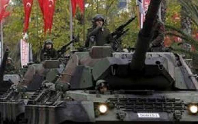 La Turchia pronta all'imminente invasione della Siria Nelle ultime settimane l'esercito turco ha ammassato uomini e mezzi presso il confine con la Siria. Questo potrebbe significare una imminente invasione del territorio siriano da parte dei turchi, e l #turchia #assad #erdogan #siria