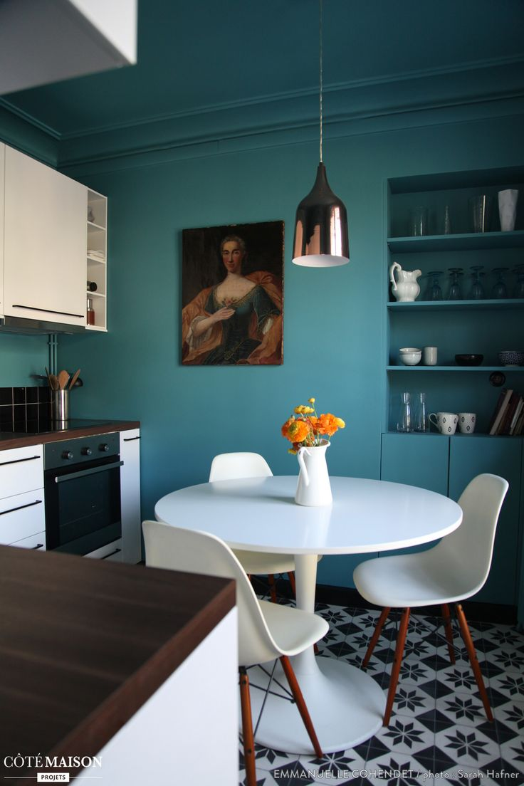 Un mur turquoise et des carreaux de ciments qui donne du pep's a cette cuisine traditionnelle.