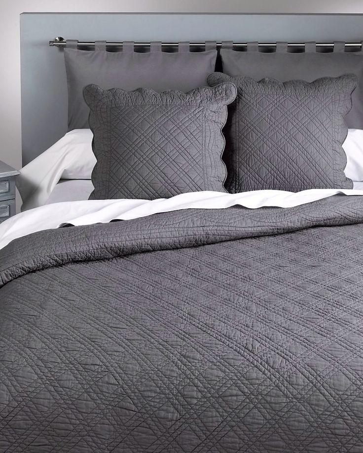 Quiltteppe i ensfarget modell med bølgekant. Fyll i ren bomull (250 g/m2). Lekkert drapert over en seng, lenestol eller sofa. Maskinvask 40°.