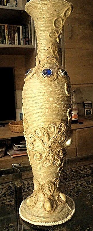 Ваза-папье-маше украшена джутовой филигранью