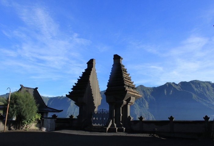 Picturesque: A view of Pasir Bersbisik Temple in Borobudur mountain area. (Photo by Hanna Nabila).