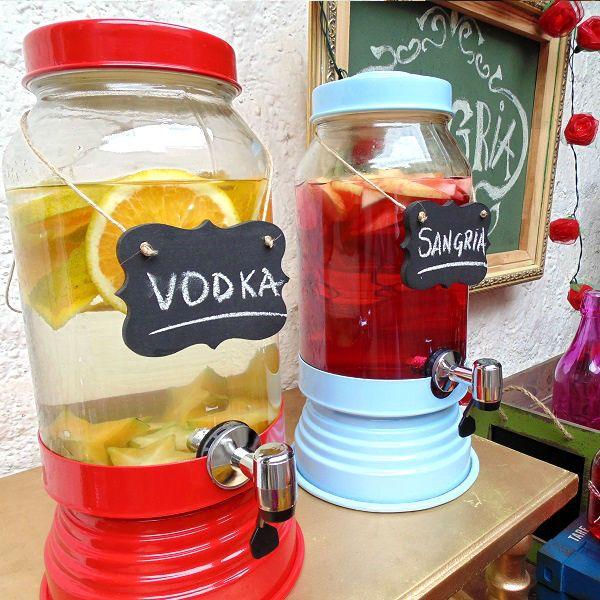 Suqueira de Vidro Vermelha #shopfesta @ShopFesta.Suqueira de Vidro Red dá um toque todo especial ao seu evento. Sirva sucos, água aromatizada e drinks. Para compor sua decoração use Garrafinha de Vidro e Canudo de Papel à venda aqui na Shopfesta. Veja nossos Vídeos para Inspirar-se!