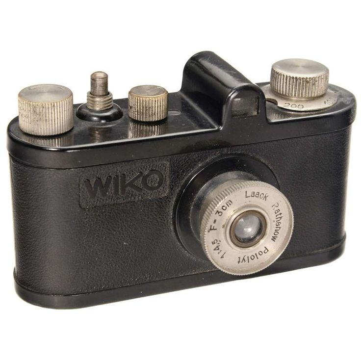 """Wiko Standard, 1934 Konrad Köhnlein, Nuremberg. Bakelite subminiature camera for 13 x 17 mm exposures on 16mm special rollfilm. With Laack Rathenow """"Pololyt"""" 4,5/3 cm lens. Focal plane shutter 1/20–1/200 sec. + B. – Literature: McKeown's, 12th edition, p. 536, and Kadlubek, 5th edition, p. 407. – Small """"Leica"""" copy by a small German manufacturer! Very rare!"""