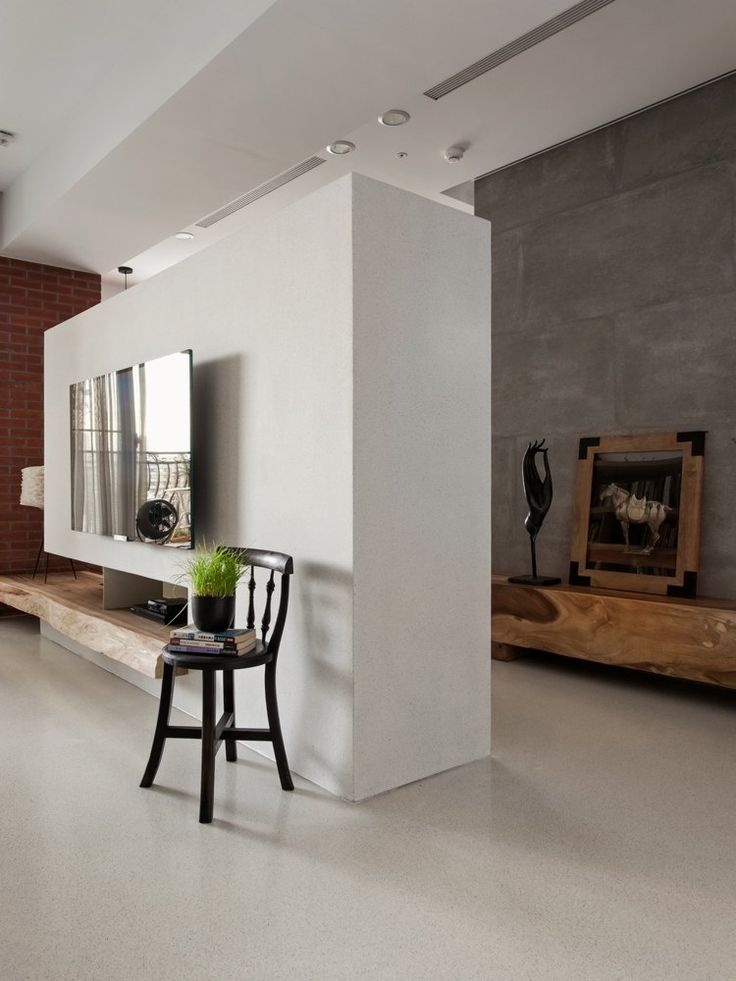 cloison en blanc, écran TV plasma fixé au mur, chaise en bois sombre et commode en bois au fond