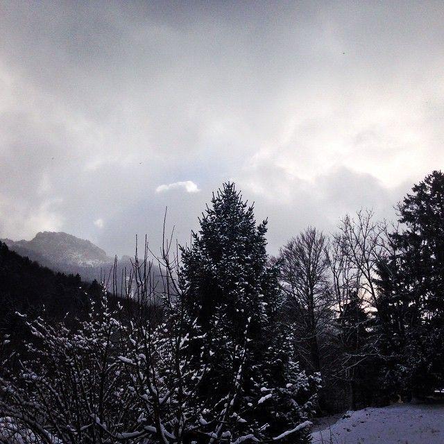 Sonnwendwand, die Sonne kommt wieder durch in verschneiter Landschaft