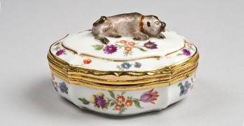 Manufactura de Meissen, caja de rapé con perro doguillo en la tapa, según modelo de Johann Joachim Kaendler de 1741/1742, fabricada en 1745/1750, porcelana dura.