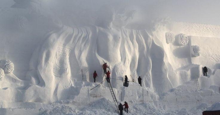 Artesão polonês prepara uma escultura de neve em um parque em Changchun, província de Jilin na China.  Fotografia: Reuters.