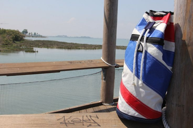 Sacca da marinaio in tela vela riciclata: dacron bianco, rosso e blue    #sail #sailbags #saccamarinaio #borsone #regata #vela #bolina #lignano #lignanosabbiadoro #handmade #artigianato #MadeInItaly