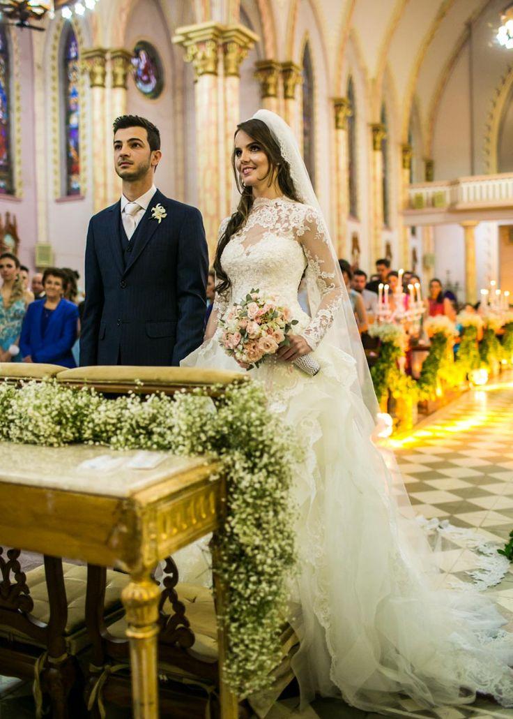 Um casamento clássico na igreja com um look de noiva digno de princesa. Para quem gosta de casamentão à noite, hoje é dia de suspirar por aqui!Carla e Uiliam disseram o 'sim' dos sonhos e depois partiram para festejar com a família e muitos amigos,...