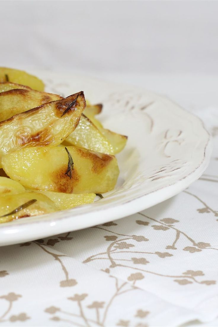 Le patate al forno è il contorno più apprezzato da portare a tavola, adatto per secondi patti di carne e pesce. Per preparare delle ottime patate più compatte e dorate, senza che risultano sfatte e inzuppate basta un piccolo trucchetto: lessarle in acqua un paio di minuti per eliminare in parte l'amido contenuto nella loro polpa.