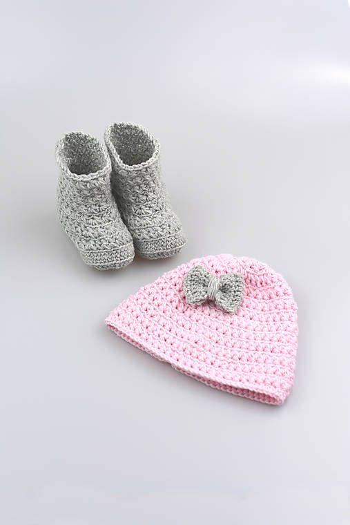 Čiapka a čižmičky pre bábätko sú ručne háčkované z prírodného materiálu - z kvalitnej nórskej extra jemnej šedej a bledoružovej 100% merino vlny vhodnej pre citliv...