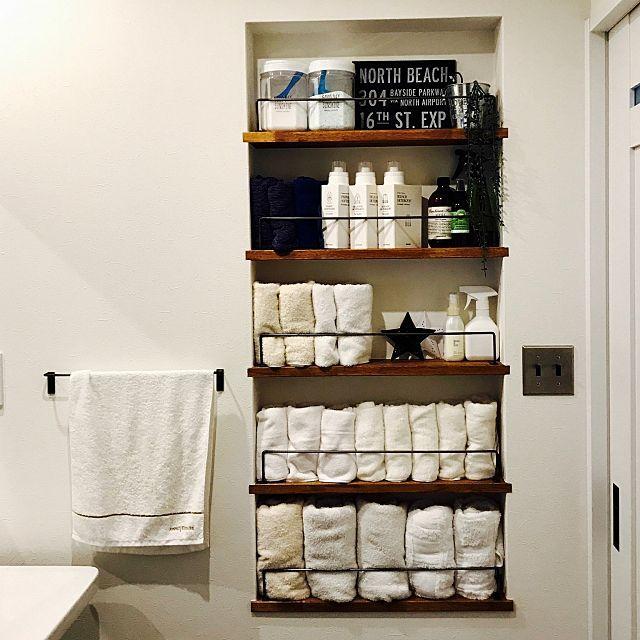 女性で、4LDKの洗面所 収納/セリア/ダイソー/バーンスター/タオル収納/見せる収納…などについてのインテリア実例を紹介。「壁にタオル収納」(この写真は 2017-04-21 15:21:49 に共有されました)