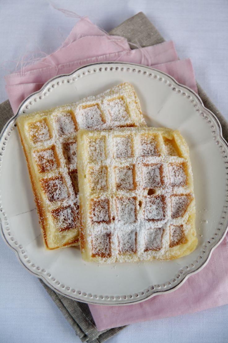 Ho scoperto i waffles (o gaufres) solo a 30 anni, quando abitavo ancora in Francia: li ho assaggiati ma mi hanno lasciata indifferente. Poi, qualche tempo fa, ho trovato una macchinetta per fare i waffles a 15€ e l'ho comprata. Ho cominciato ad usarla con una ricetta salata, molto buona, poi mi sono dedicata al dolce, provando una ricetta di waffles espressi alla Nocciolata: irresistibili! Ma è stato solo sfogliando il bellissimo libro di un'amica francese, Pascale Weeks, Le dessert ...