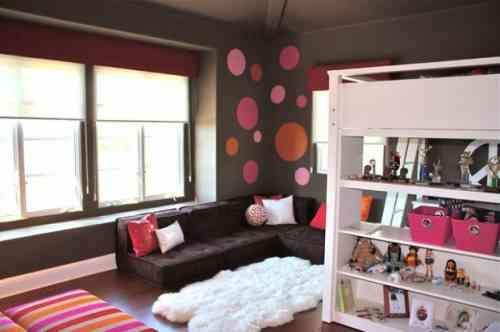 Des murs en brun avec des accents en rose et un tapis blanc