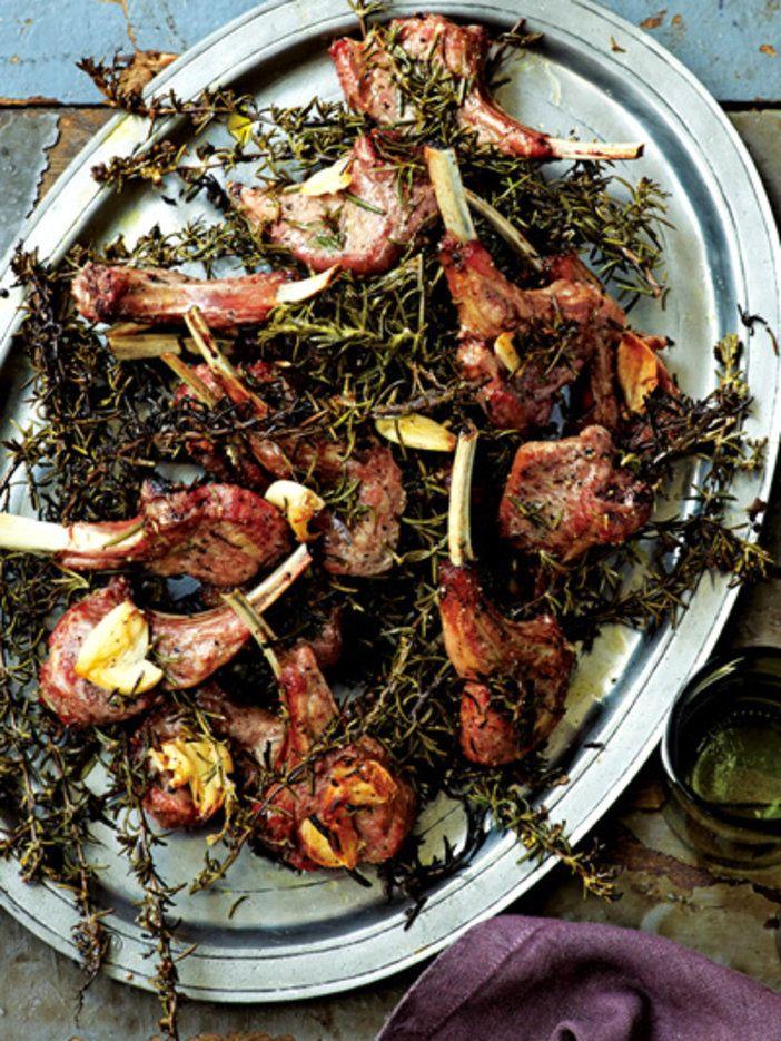 """ローズマリーの""""おふとん""""にのせて焼き上げる 『ELLE a table』はおしゃれで簡単なレシピが満載!"""