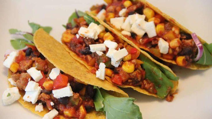 Dit recept voor mexicaanse taco schelpen met mais, paprika, zwarte bonen, vegetarisch gehakt en feta is heerlijk. En het ziet er nog eens prachtig uit.