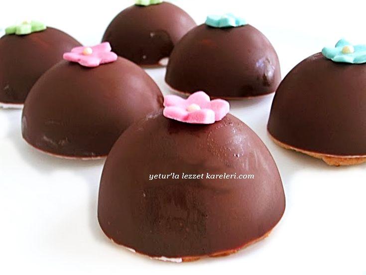 çok lezzetli oluyor.mutlaka tavsiyemdir...    malzemeler:   3 paket sütlü çikolata  mousse için:  1 poşet sade toz krem şanti  1 kaşı...
