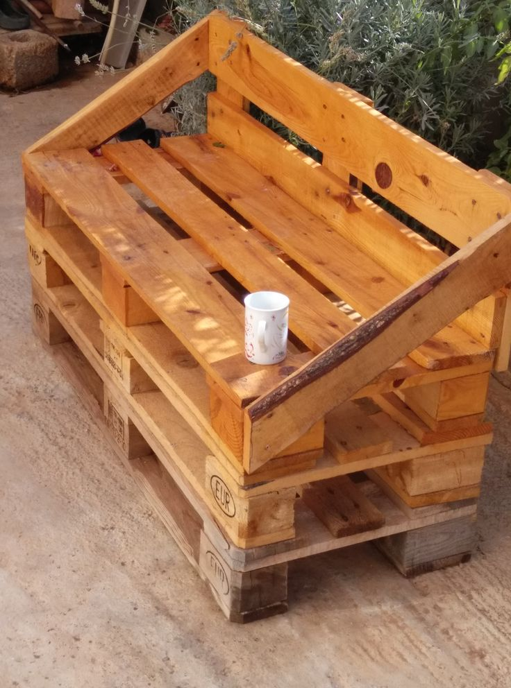 Outdoor Pallet Sofa. Add a cushion and it's prefect for outdoor seating!