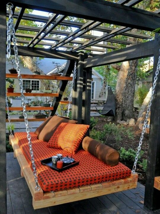 Cool DIY idea: pallet swing couch