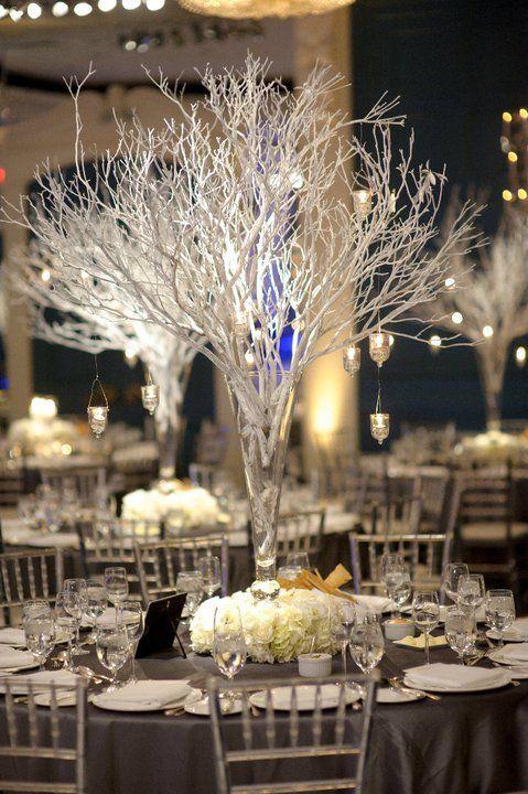 Ähnliches Herzstück, gleiche Stühle und Tischdecke   – Our Winter Wedding