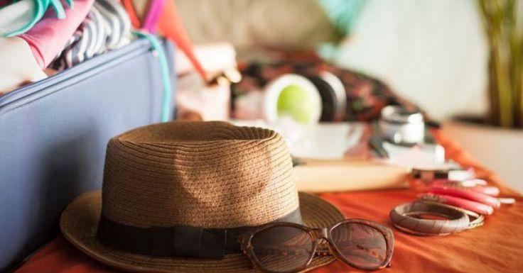 A maioria das mulheres sofre de um dilema muito grande na hora de arrumar a mala de viagem: ao mesmo tempo em que não podemos levar bagagem demais, sob o risco de roubar todo o espaço do carro ou exceder o limite de peso no aeroporto, temos de nos lembrar de tudo que é necessário e prever os itens dos quais podemos