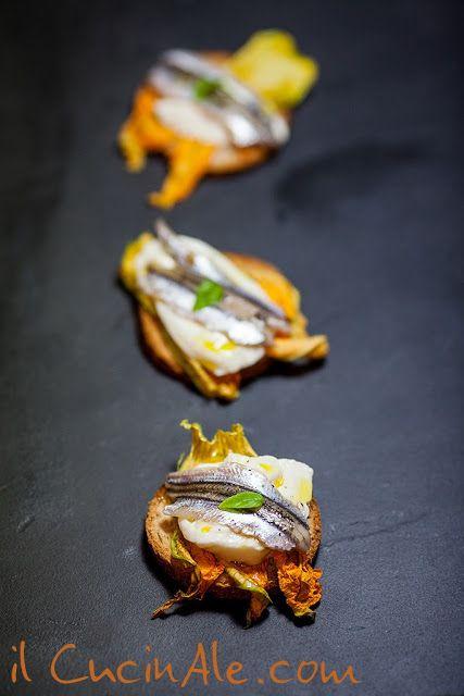 Crostini con fiore di zucca, burrata e alici marinate
