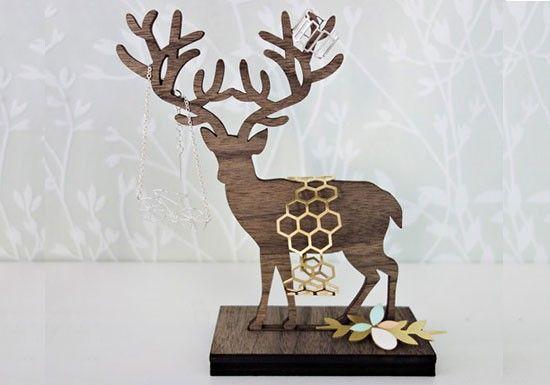 Shlomit Ofir est une jeune créatrice qui travaille et vit à Tel Aviv. Ses bijoux aux lignes graphiques, ont une inspiration très romantique et intemporelle.  Porte-bijoux en bois en forme de cerf debout. Fini lesboucles d'oreillesqu'on ne met plus car elles se retrouvent oubliées dans la boite à bijoux. Vous pouvez déposer vosboucles sur chacune des branches de l'arbre.