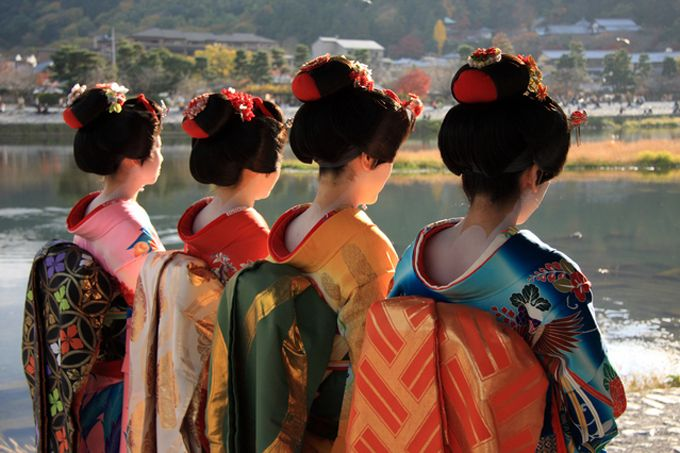 This is an amazing picture.  All the fabulous kimonos, with the beautiful colors.