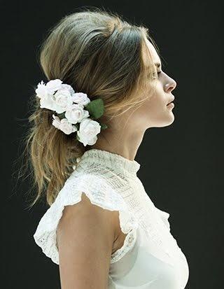 #acconciatura per la #sposa morbida con fiore bianco. Scopri altre acconciature sposa: http://www.matrimonio.it/collezioni/acconciatura/2__cat