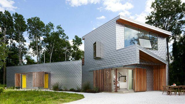 場所は、NY州北部のダッチェス・カントリー。ダッチェスハウスNo.1と名付けられたこのお家はアルミニウムの外装材ですっぽり包まれています。デ...