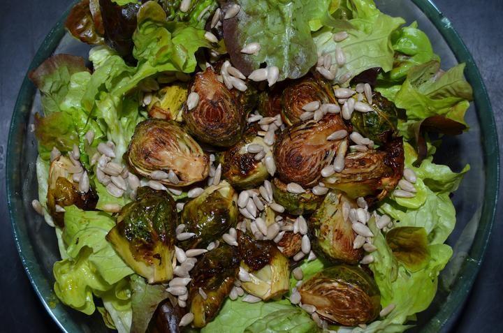 Salát s růžičkovou kapustou (pečenou v olivovém oleji a balzamikovém octu) a slunečnicovými semínky