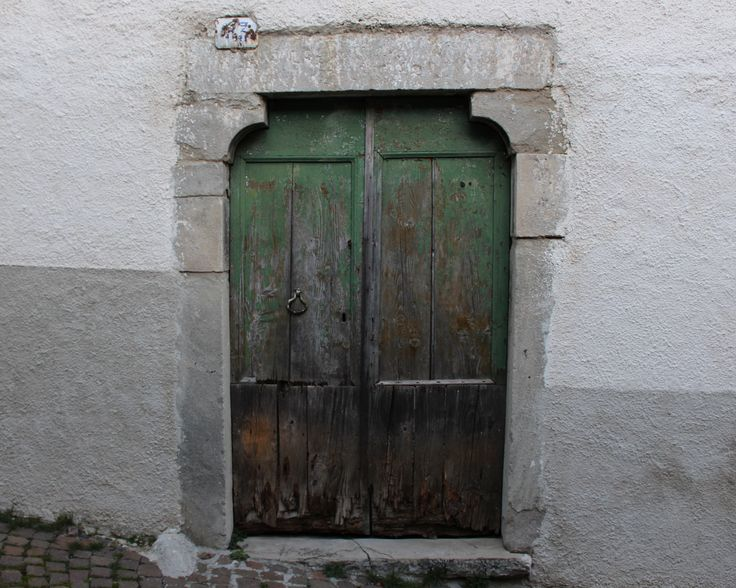 """Qualcuno avrà varcato questa soglia gridando """"mamma?""""  #agnone #altomolise #oldtown   https://giovannigiaccio.wordpress.com/2016/02/23/camminando-osservando-e-sognando/"""