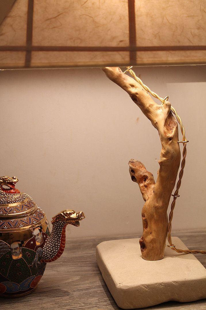 """""""Oriente"""": lampada da tavolo in legno di mare con base in pietra leccese sagomata a scalpello. Paralume rivestito di carta di riso con inserti in fibra di bambù."""