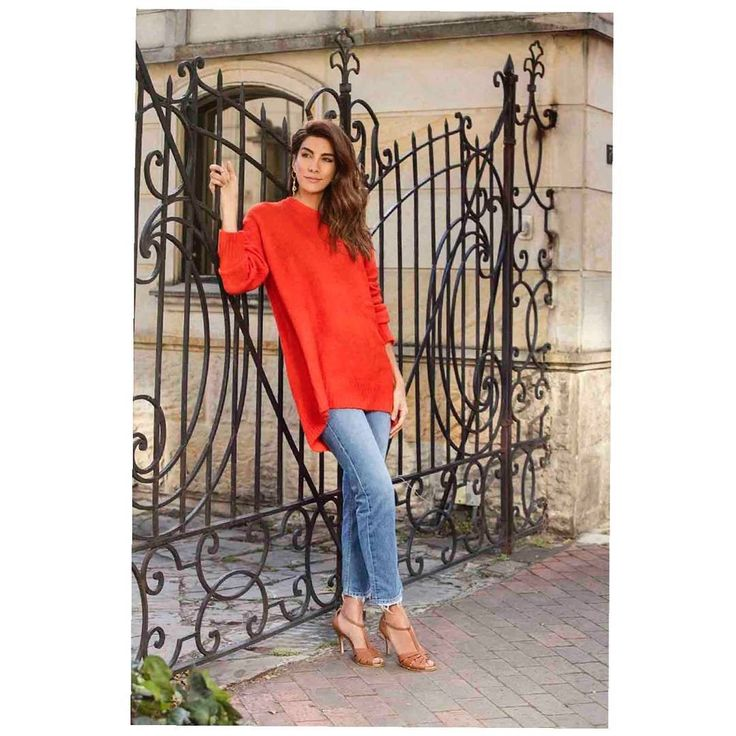 Un día cualquiera en un delicioso jersey rojo de @zaracolombia y mis comodísimas sandalias Andrea Serna + @batacolombia. Pasen por mis Instastories, ahí les voy a dejar el link donde las pueden conseguir Online ☀️. 📸 de @delvecchio21