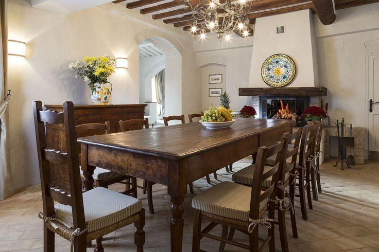 Jadalnia, jadalnia w stylu wiejskim, styl rustykalny, drewniany stół, drewniane krzesła, kominek. Zobacz więcej na: https://www.homify.pl/katalogi-inspiracji/21653/homify-360-rustykalna-willa-w-toskanii