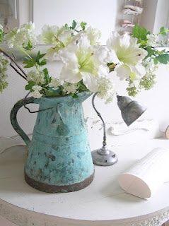 Flores en una jarra azul bastante.