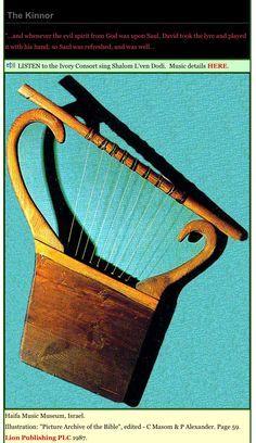 """KINNOR Kinnor es el nombre en idioma hebreo de un antiguo instrumento de cuerda traducido como """"arpa"""". Se trata de una lira hebrea portátil de 5 a 9 cuerdas, similar a las que también encontramos en Asiria. Era el instrumento predilecto para acompañar el canto en el Templo durante la época de los reyes (2 Crónicas 5:12). El kinnor tenía un sonido que provocaba inmediatamente la alegría. Se asemeja al arpa egipcia de 10 cuerdas. También es llamado arpa de David."""