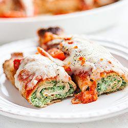 Naleśniki ze szpinakiem zapiekane w sosie pomidorowym z mozzarellą | Kwestia Smaku