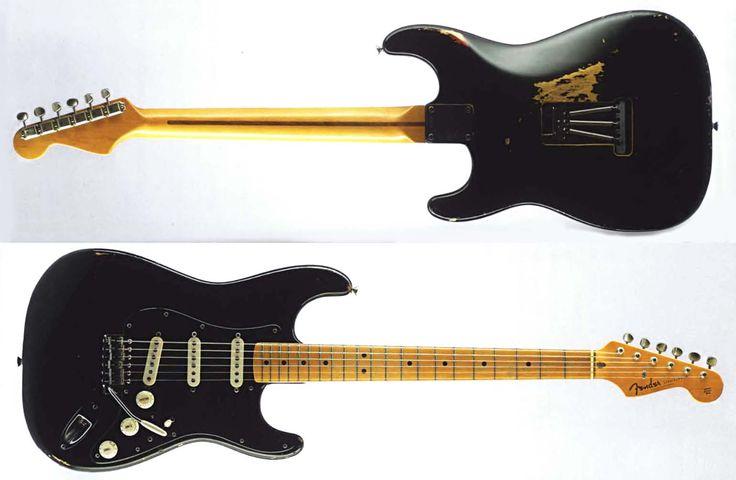 La legendaria Black Strat, la Stratocaster de David Gilmour. Sobre esta guitarra hasta se han escrito libros. Es la guitarra principal que Gilmour utilizó durante la época fundamental de Pink Floyd, por ejemplo en el Dark side of the moon, Live at pompeii, Animals, Wish you were here y The Wall.
