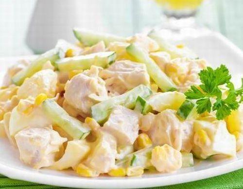 Hozzávalók:  30 dkg hideg sült csirke 3 szelet ananász 1 db alma 2 marék konzerv kukorica ½ kígyóuborka majonéz ízlés szerint tejföl ízlés szerint só bors  Elkészítése: A csirkehúst, az uborkát, a meghámozott almát és az ananászkarikákat is kockára vágjuk. Egy tálban összekeverjük a tejfölt,