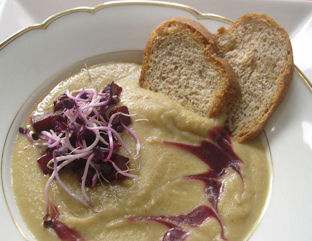 La zuppa di radici  arrostite con germogli di ravanello crema agrodolce di aceto di more fatto in casa e pane di farro alla feccia di sidro fatti in casa di Roberta