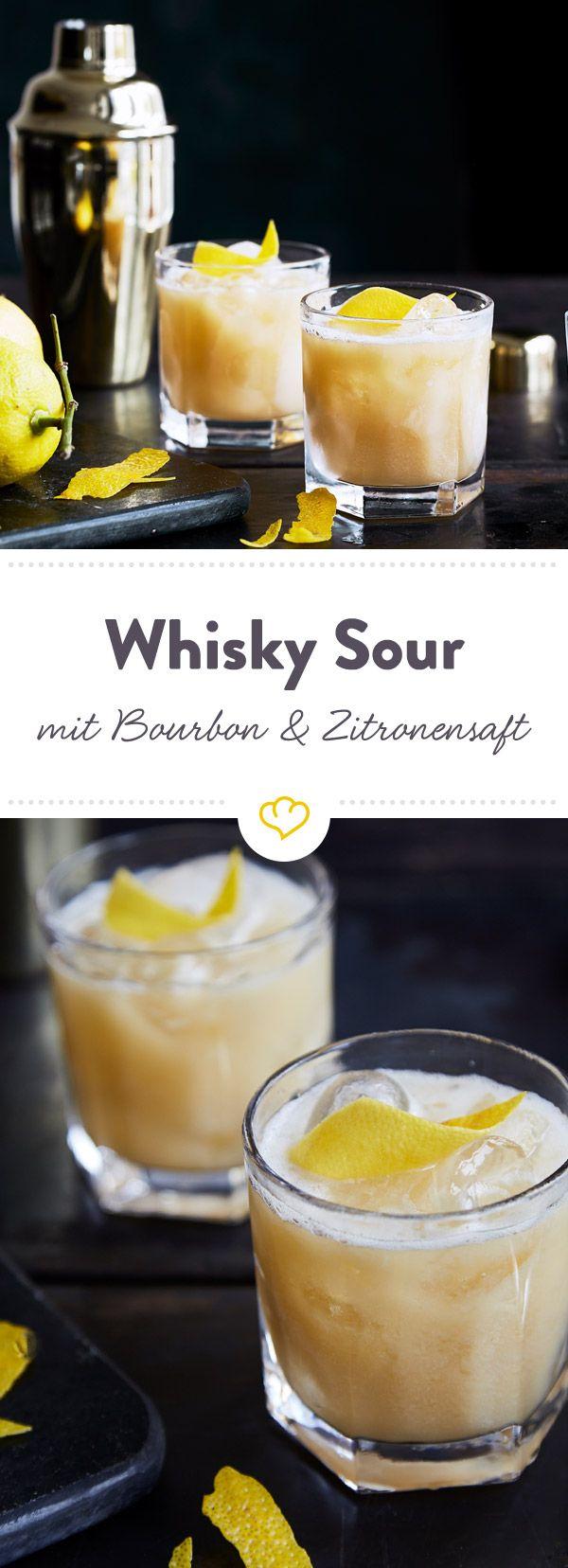 Mix dir einen absoluten Cocktail-Klassiker. Original Whisky Sour mit Bourbon, Zitronensaft, Zuckersirup und Eiweiß. Das einzig wahre Rezept.