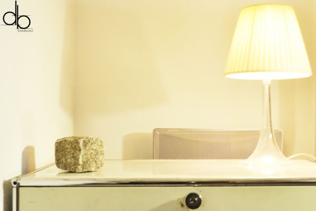 Le bureau du0027un artiste organisé - meuble vintage USM, lampe Miss K - location appartement meuble toulouse